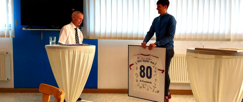 Arnold Schunke überreicht Präsident Frank Sänger ein signiertes Trikot